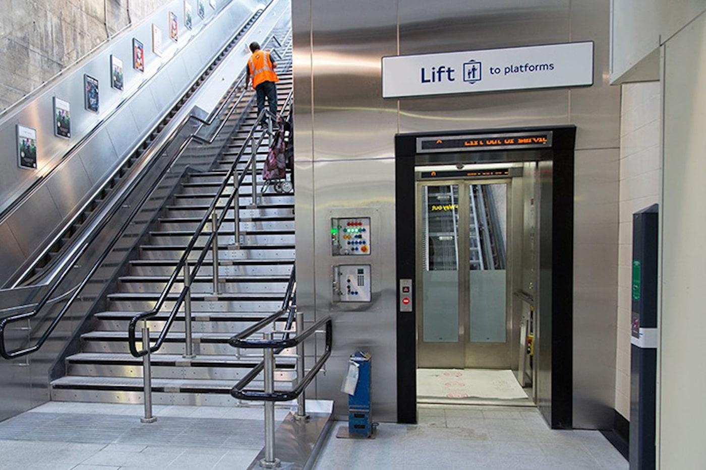 駅構内のエレベーター