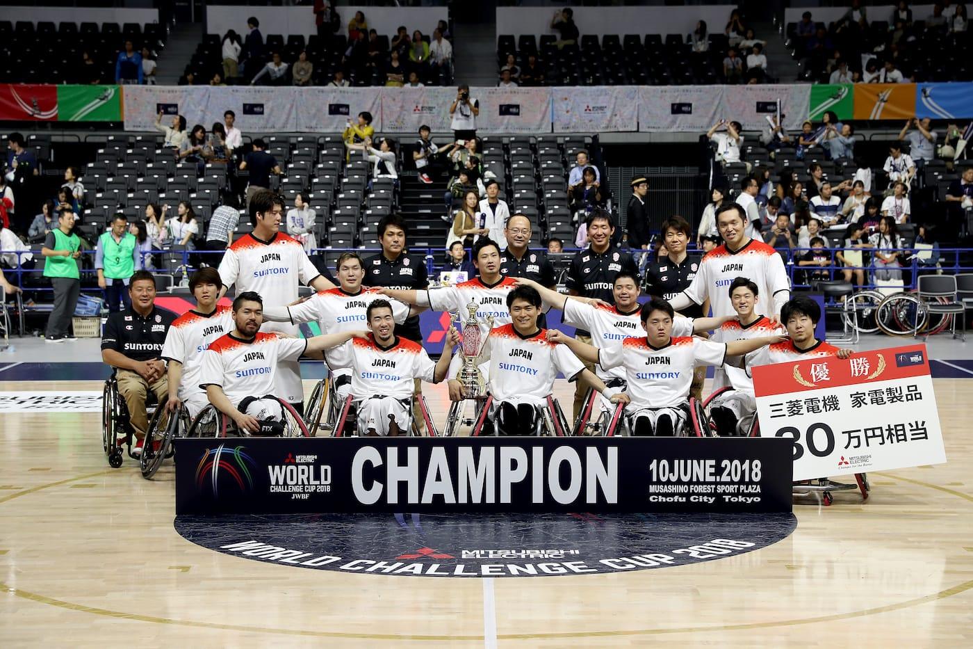 優勝を喜ぶ車いすバスケの日本代表チーム
