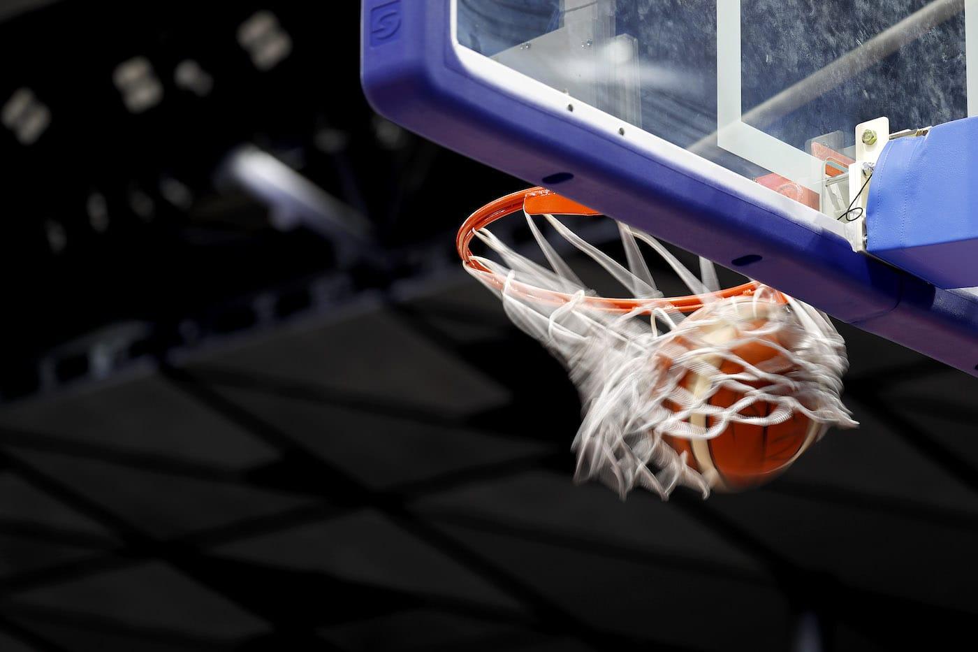 ゴールを通過するバスケットボール