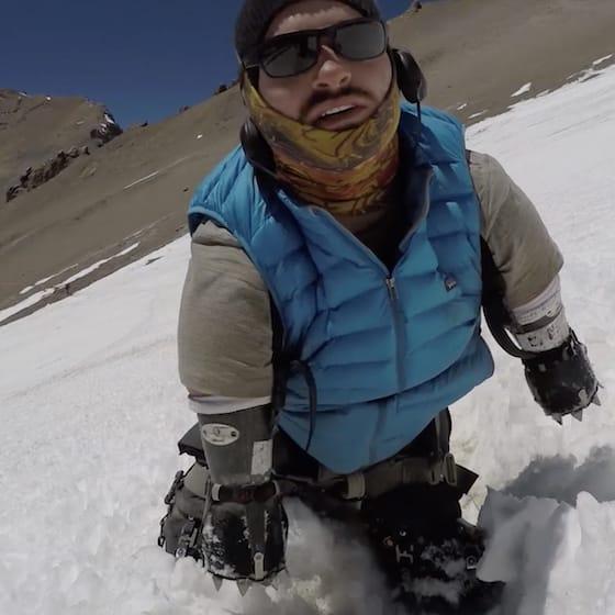 雪山を登頂するカイルメ・イナード氏