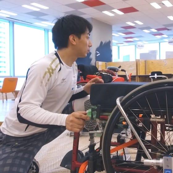 試技の準備をする車いすフェンシングの加納慎太郎