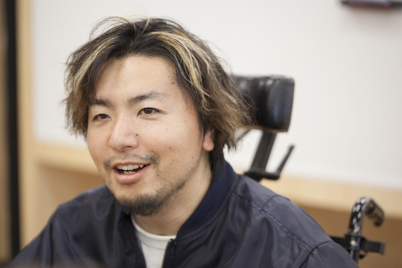 インタビューを受けるTakayuki Matsumineさん
