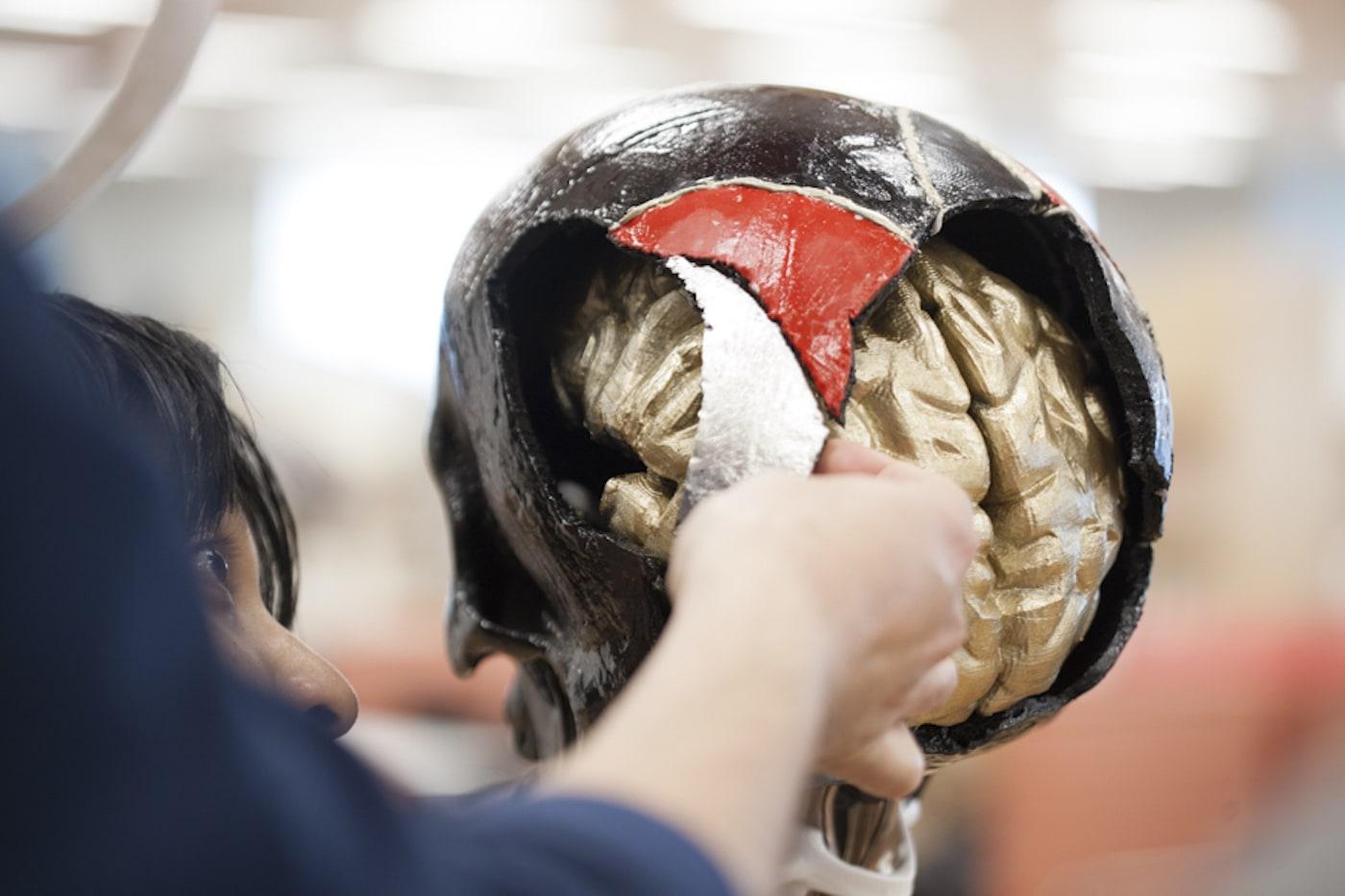 金継ぎで形が作られていく頭蓋骨