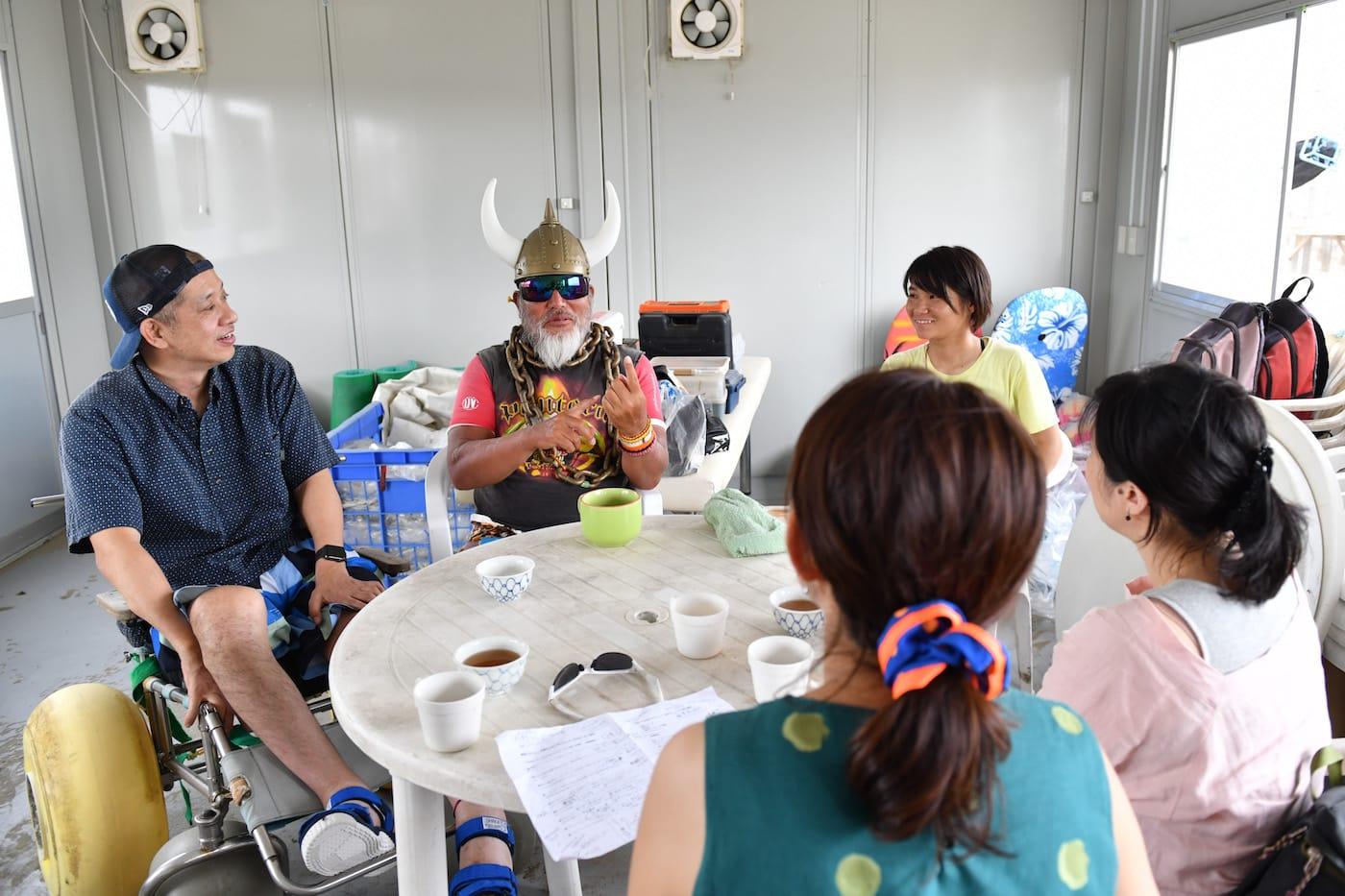 意見交換するジーコ船長とACTIONS編集部のメンバー