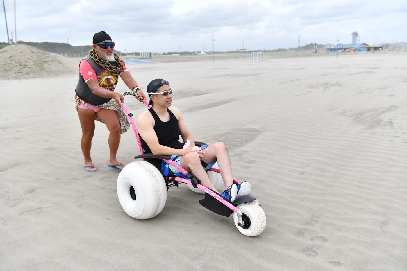水陸両用車いすで砂浜を移動する古賀とジーコ船長