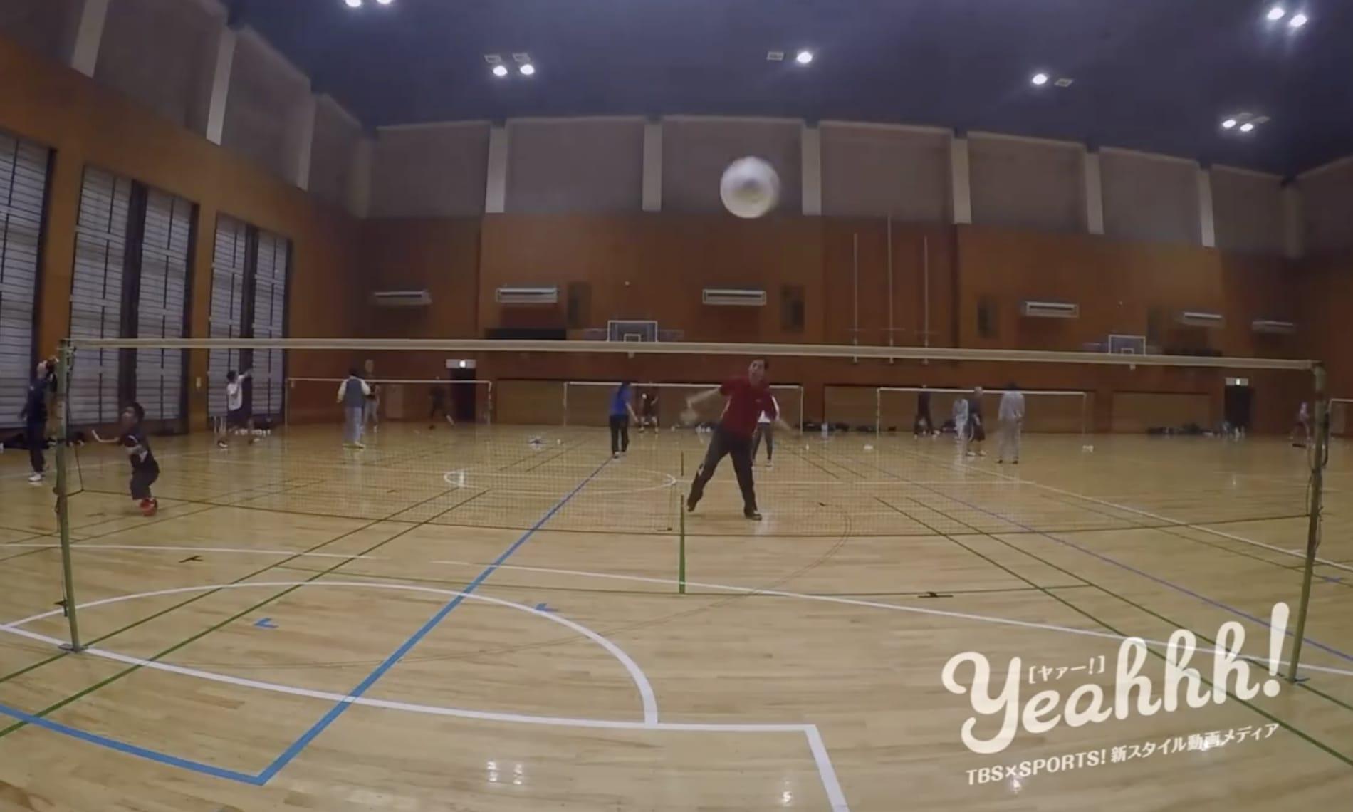 パラバドミントンの練習をする選手たち