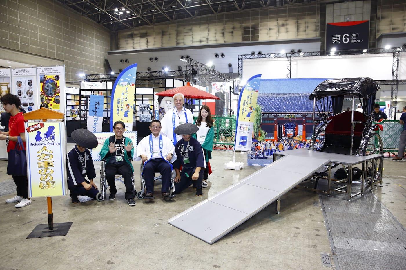 KNT-CTホールディングス株式会社による、車いすの人もOKな人力車の展示コーナー