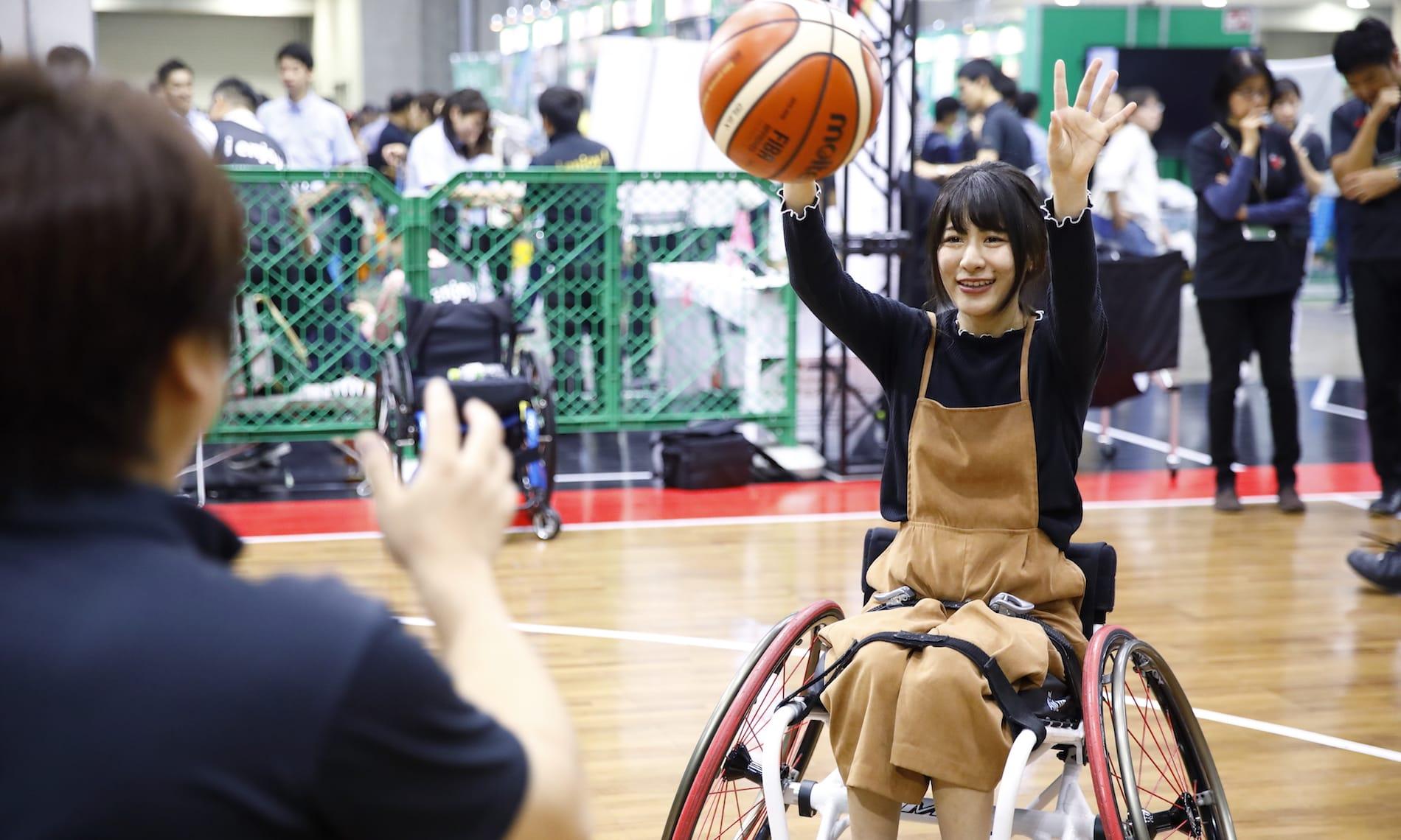 車いすバスケを体験する仮面女子・猪狩ともかさん