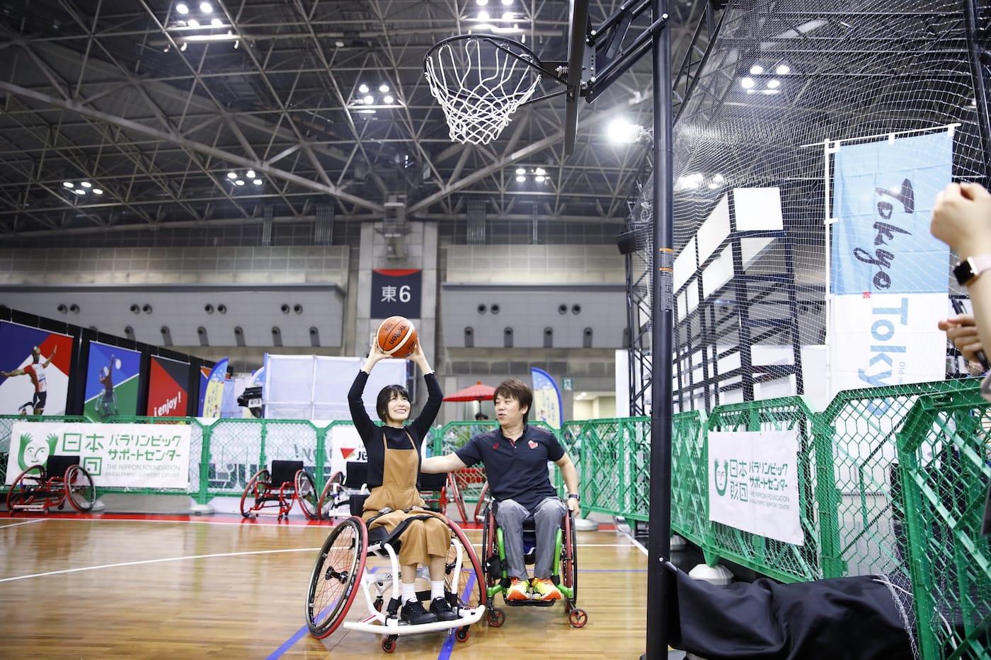 車いすバスケットボールの体験をする猪狩ともかさん