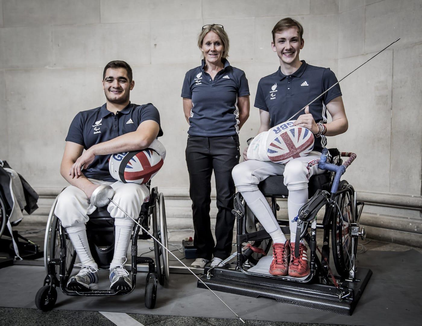 英国パラリンピック・フェンシングチームの選手たちとペニー・ブリスコー・英国パラリンピック協会統括責任者
