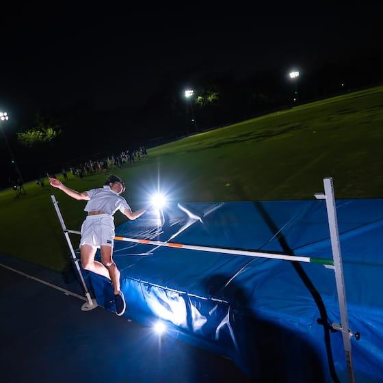 走高跳の練習をする成田緑夢選手