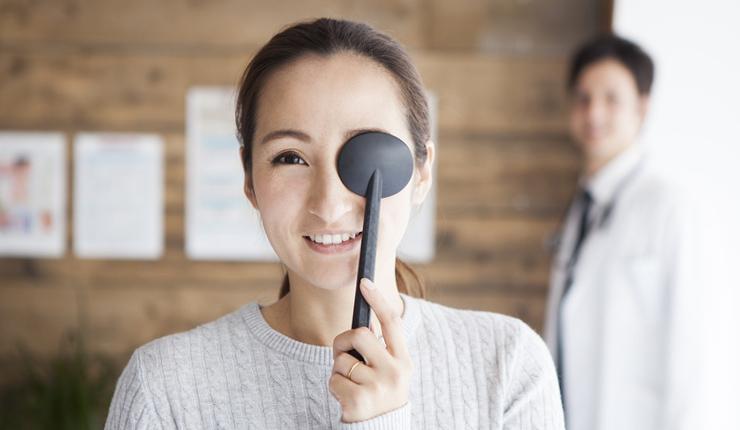 視力検査をする女性