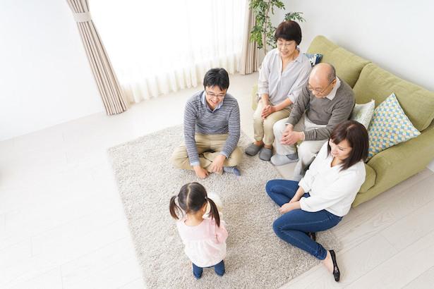 リビングで過ごす家族団らんの画像