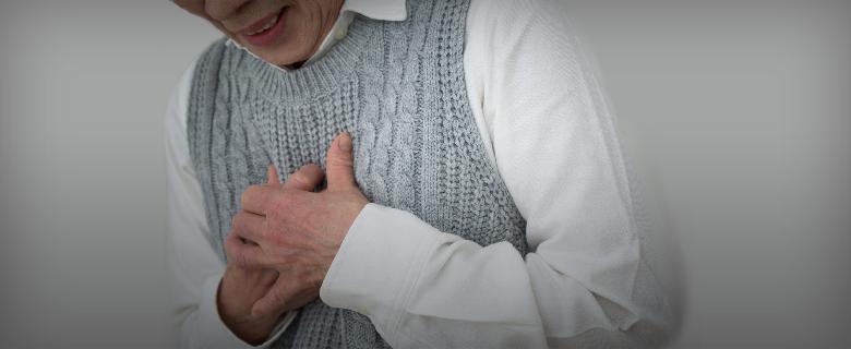 イメージ画像:苦しそうに胸を押さえるシニア女性