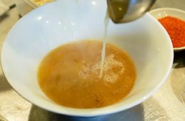 いかに短時間で乳化するかがポイント。重労働でスピードが求められるスープ作り