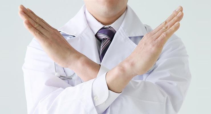 バツサインする男性医師