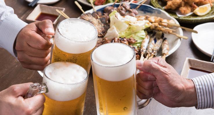 生ビールで乾杯する男性