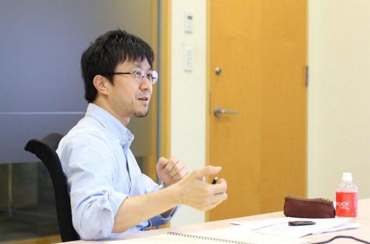 インタビューをする谷古宇浩司氏