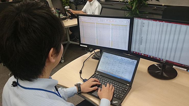 分析を行っている大阪ガスの社員