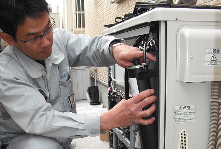 エネファームのメンテナンスを行う大阪ガスの作業員