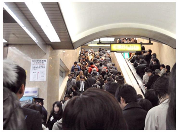 東日本大震災の直後、池袋駅西口は帰宅困難者であふれかえった。