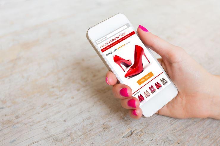 スマートフォンで靴を購入しているイメージ画像