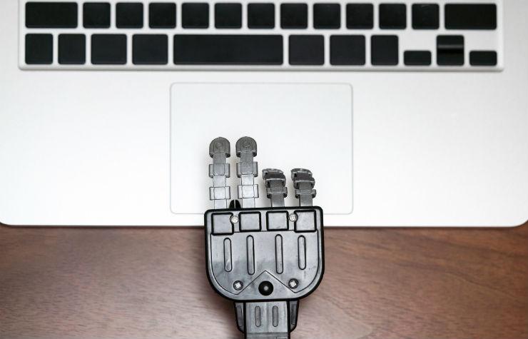 機械がコンテンツを作成しているイメージ画像