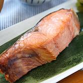旨味をギュッと凝縮させた新潟名物「塩引き鮭」