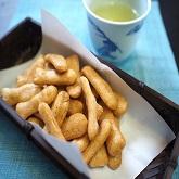 海老粉としょう油だれ風味の小魚型のおせんべい