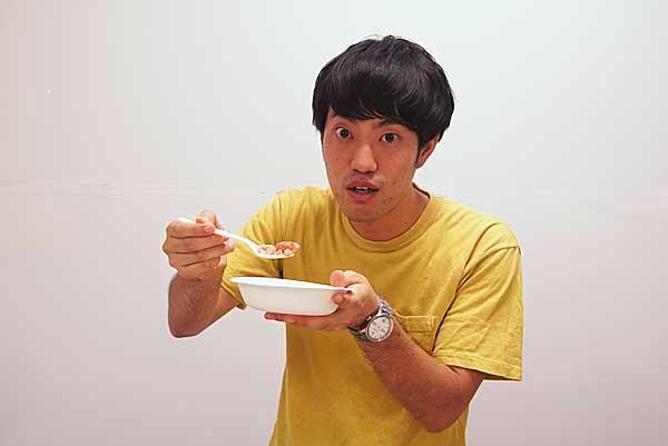 さくらんぼカレーを試食するジュピター石田