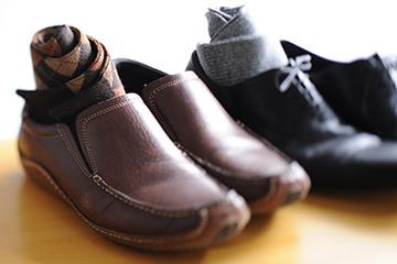 メンズ(紳士)靴にはさまざまな種類がありますが、シーンによって使用できるものが異なります。フォーマルな場では、毛羽立ったバックスキンやひも靴ではない