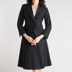 スカートやパンツにジャケットがセットになった定番アイテム