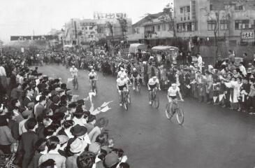写真:1952年6月4日の第1回大会で、詰め掛けた観衆の拍手と歓声に送られながら国鉄仙台駅前から出発する選手たち
