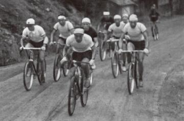 写真:1952年6月4日、七北田村大沢地区(現仙台市泉区)の坂道を駆け上がる選手たち