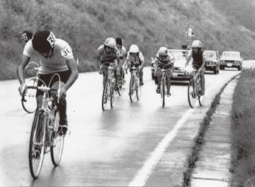 写真:1972年9月9日の第1回三笠宮杯東北自転車競技選手権大会で難関のいわき市長沢峠を力走する選手たち