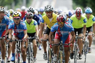 写真:2005年8月14日のツールドとうほくで三笠宮杯を目指し、白熱したレースを繰り広げる高校生選手