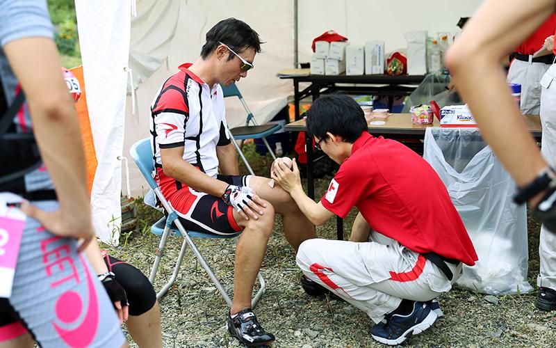 石巻赤十字病院スタッフが治療を施している様子