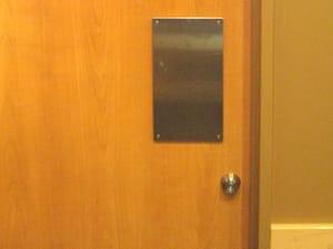 取っ手のない押し扉