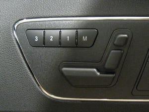 自動車座席の形をしたパワーシートのスイッチ