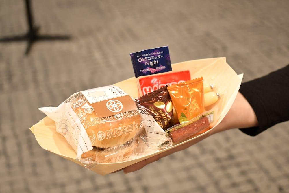 ハンバーガーなどの食べ物が乗った舟皿