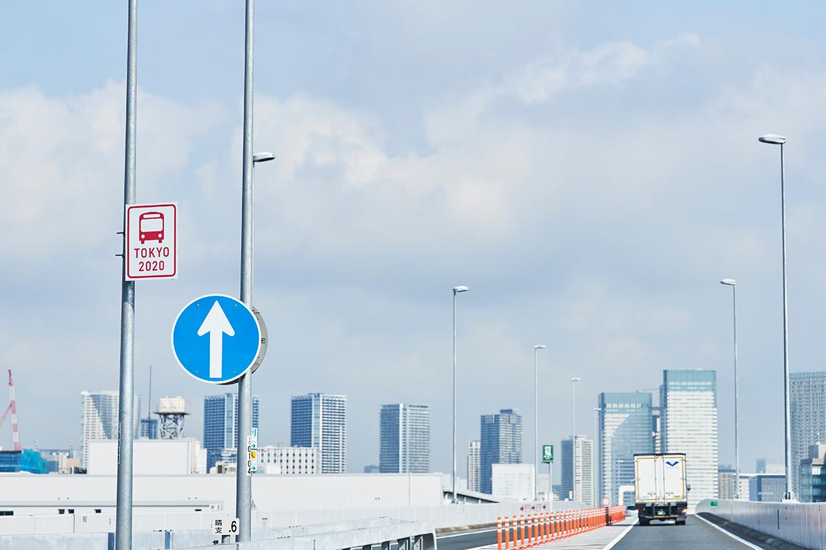 該当レーンやエリアは、ピンク色の看板や表示で分かりやすく表示する予定(写真:アフロ)