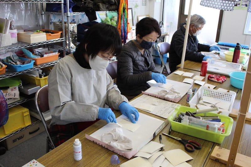 東日本大震災で流された写真を洗浄する写真