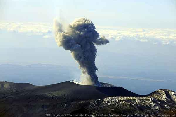 北方向から撮影。写真左の尾根が中岳。新燃岳の火口北側斜面のガリー地形のようすがみえる。(2011年2月1日撮影)