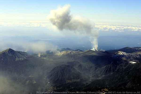 北東方向から撮影。新燃岳~中岳~高千穂峰にかけての東斜面は、火山灰の影響により植生が茶色~白色にみえる。(2011年2月1日撮影)