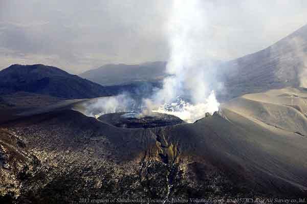 南西方向から火口のようすを撮影。火口内にみえる溶岩が成長し、周囲から蒸気があがっているようすがわかる。(2011年2月1日撮影)