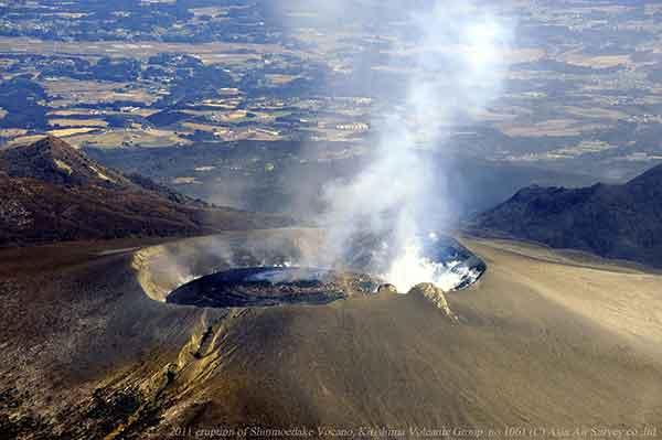 南西方向から火口のようすを撮影。左手前に縦に亀裂がはしる1959年火口列と火口縁にある2つの岩(「兎の耳」と呼ばれる)の見え方は噴火前と変わっていない。(2011年2月1日撮影)