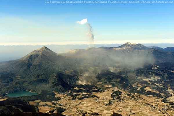 東方向(高原町上空)から撮影。新燃岳から高千穂峰を越えずに、東(手前)方向へ流れてくる火山灰のようすがわかる。(2011年2月1日撮影)