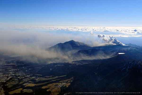 北東(小林市)方向から撮影。写真奥の新燃岳火口から立ち上がる噴煙とは別に、写真中央の高千穂峰の手前の谷部を写真左方向の高原町方面へと火山灰が浮遊している。(2011年1月31日撮影)