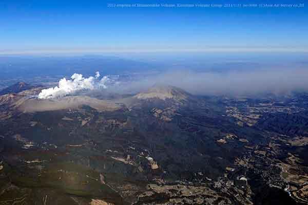 南西方向から撮影。新燃岳から噴出した火山灰が、風に運ばれて南東方向へ帯状に広がるようすがみえる。(2011年1月31日撮影)