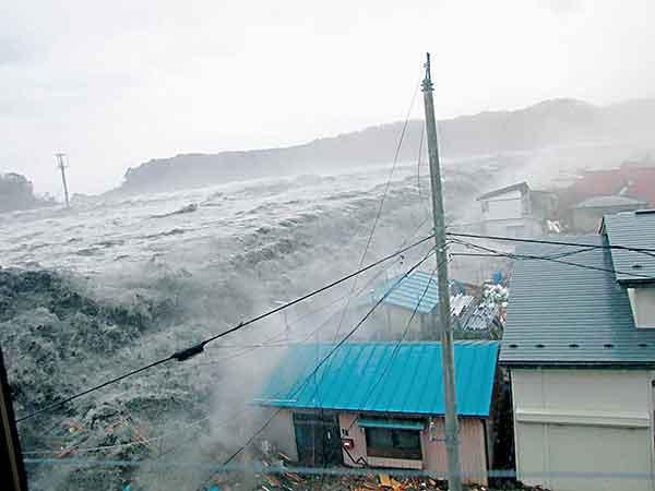 東日本大震災:宮古市を襲う巨大地震:(宮古市提供写真)